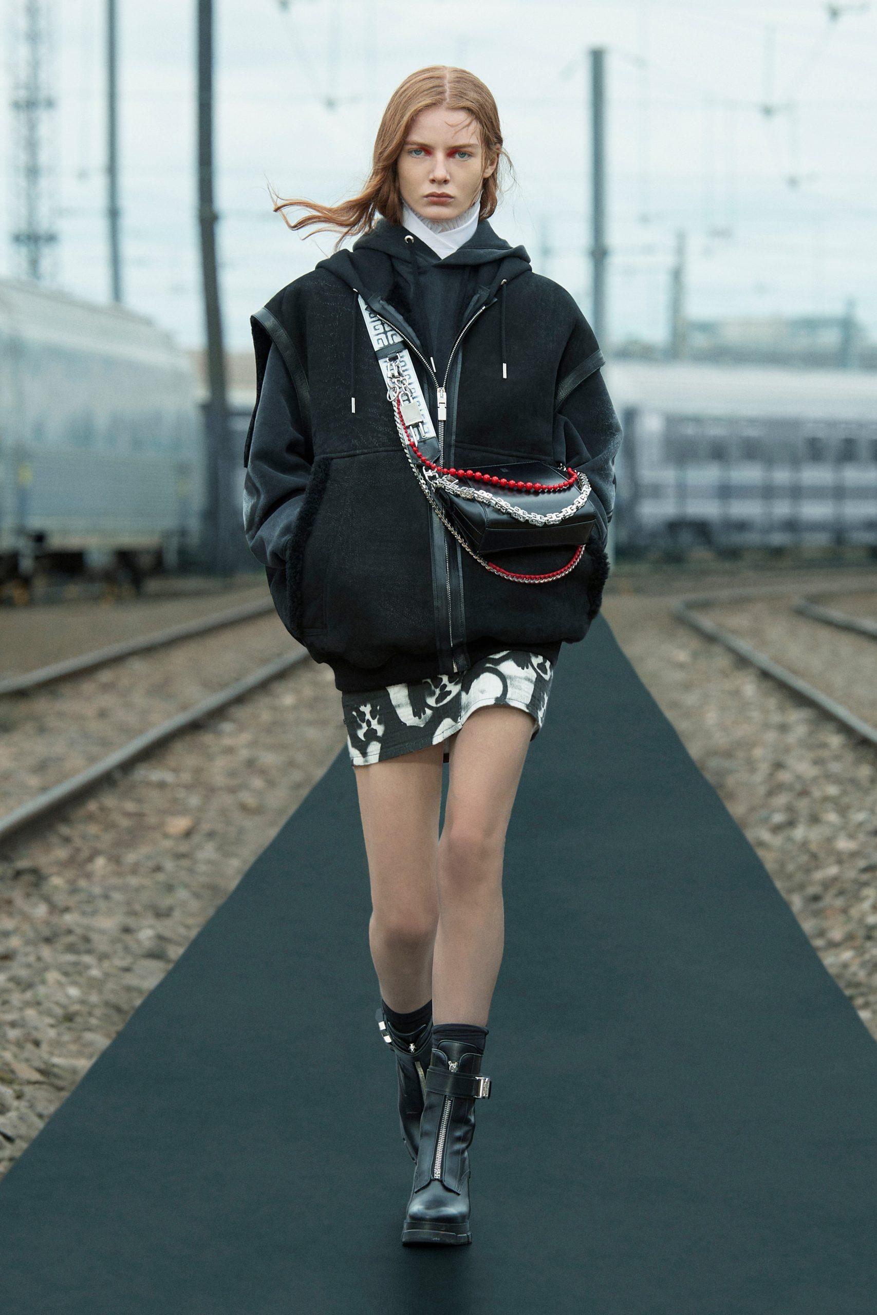 Các tác phẩm của Chito chính là điểm nhấn cho bộ sưu tập mùa này của Givenchy