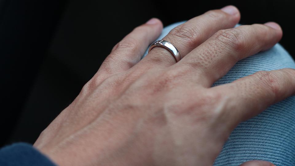 Đây là ngón được lựa chọn để đeo nhẫn cưới hay nhẫn đính hôn.