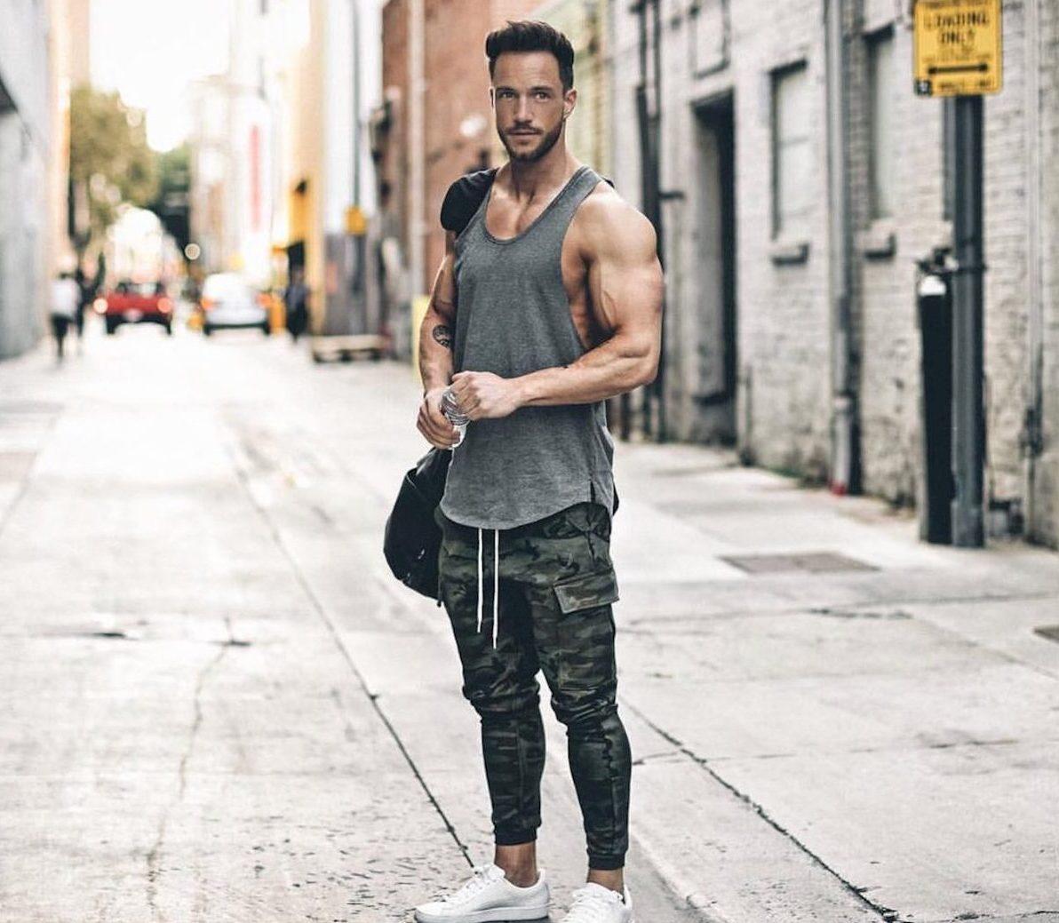 Những chiếc áo phom slim-fit là lựa chọn lý tưởng để bạn khoe khéo léo body chuẩn của mình.