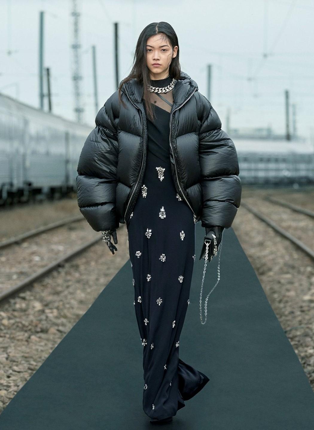 Givenchy đã thực hiện thành công phong cách punk và thành thị qua sự chỉ đạo của Williams