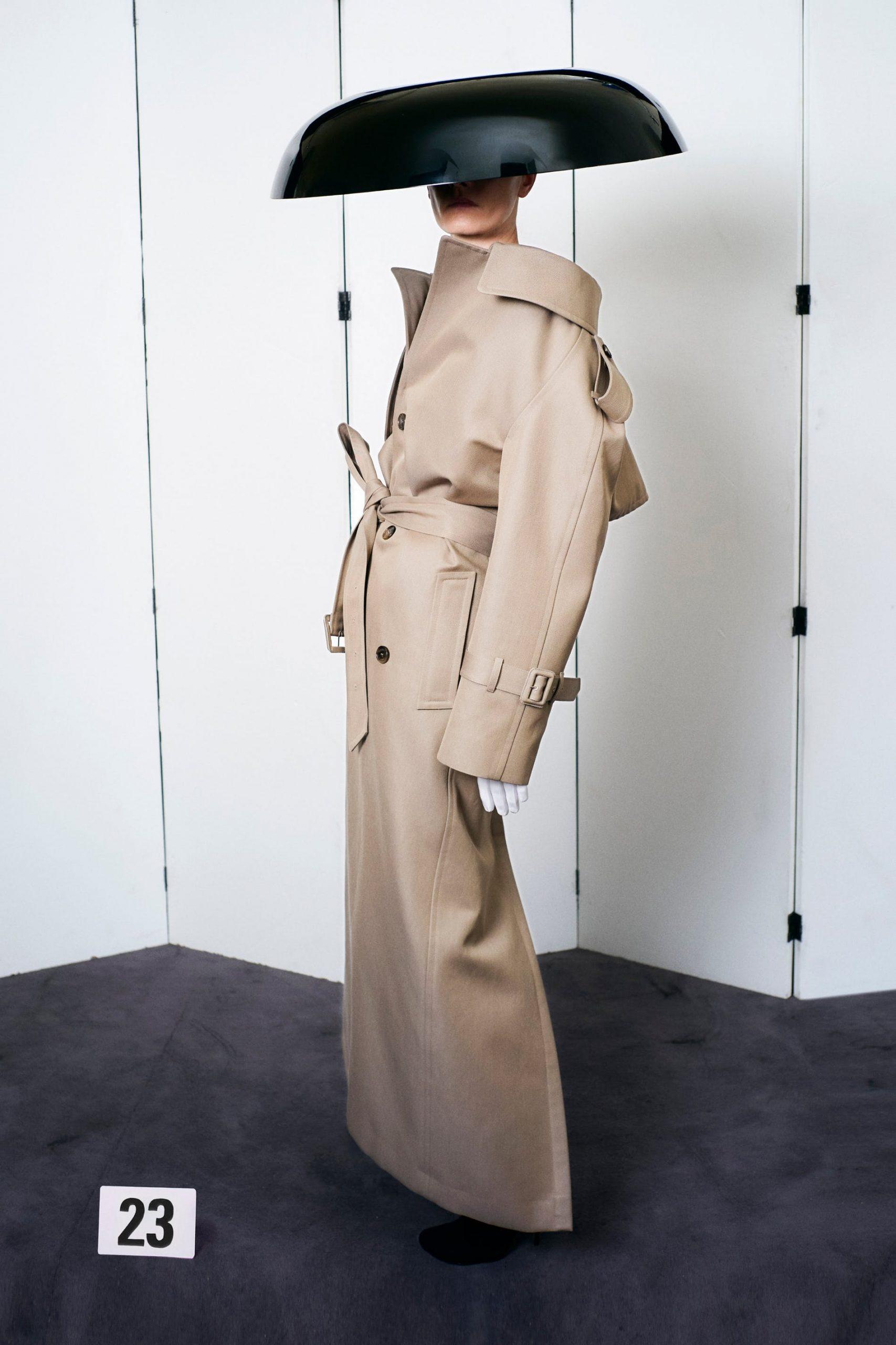 Bộ sưu tập của Balenciaga có 63 mẫu thời trang cao cấp lộng lẫy