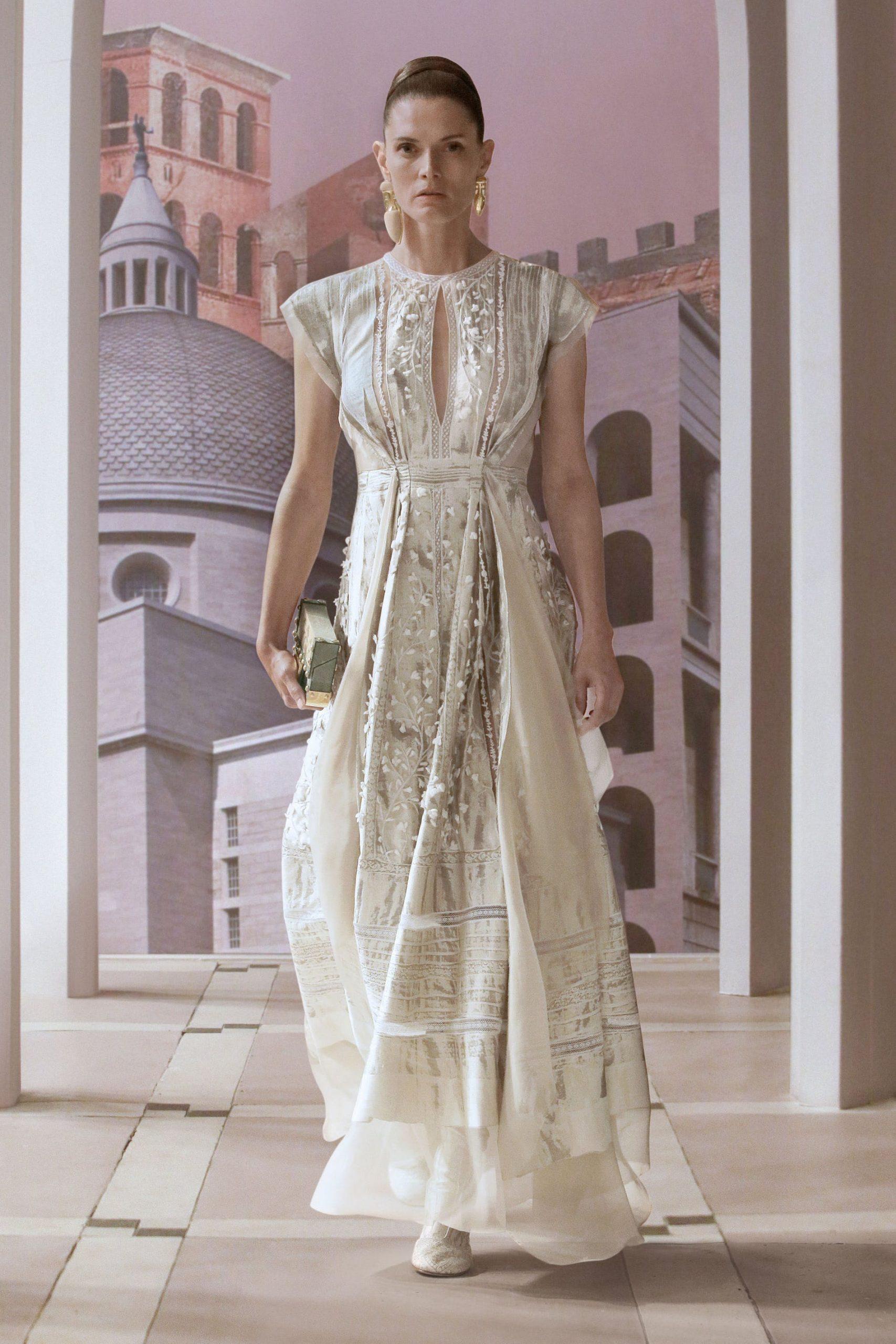 Kim Jones tạo nên buổi dạ vũ với những chiếc váy dạ hội mang tinh thần Roma và Baroque cầu kỳ