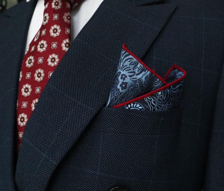màu của khăn túi và cà vạt có thể tương phản hoặc bổ sung cho nhau