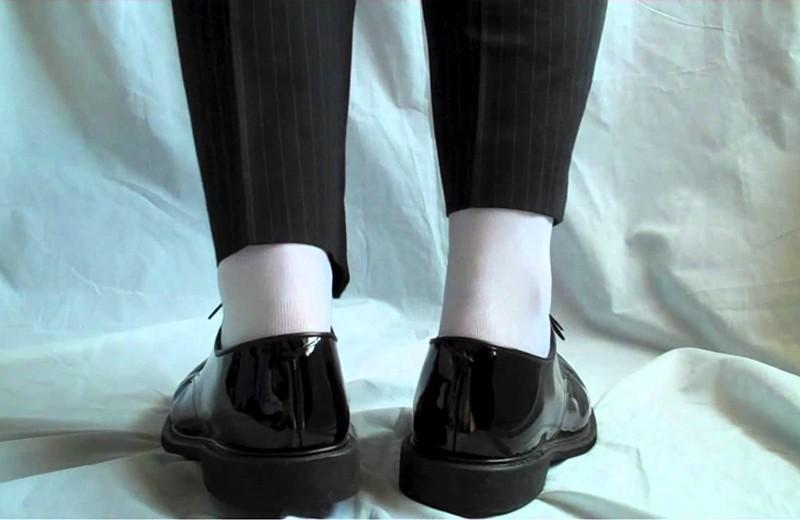 Giày đen và tất trắng tạo nên gu thẩm mỹ và thời trang kém tinh tế