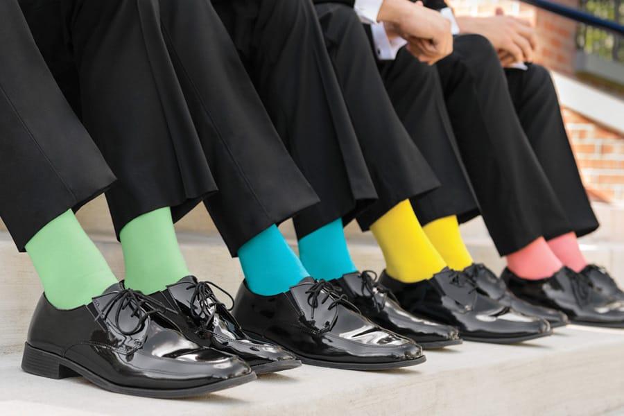 Việc kết hợp giày đen với tất sao cho phù hợp không phải là điều quý ông nào cũng biết.