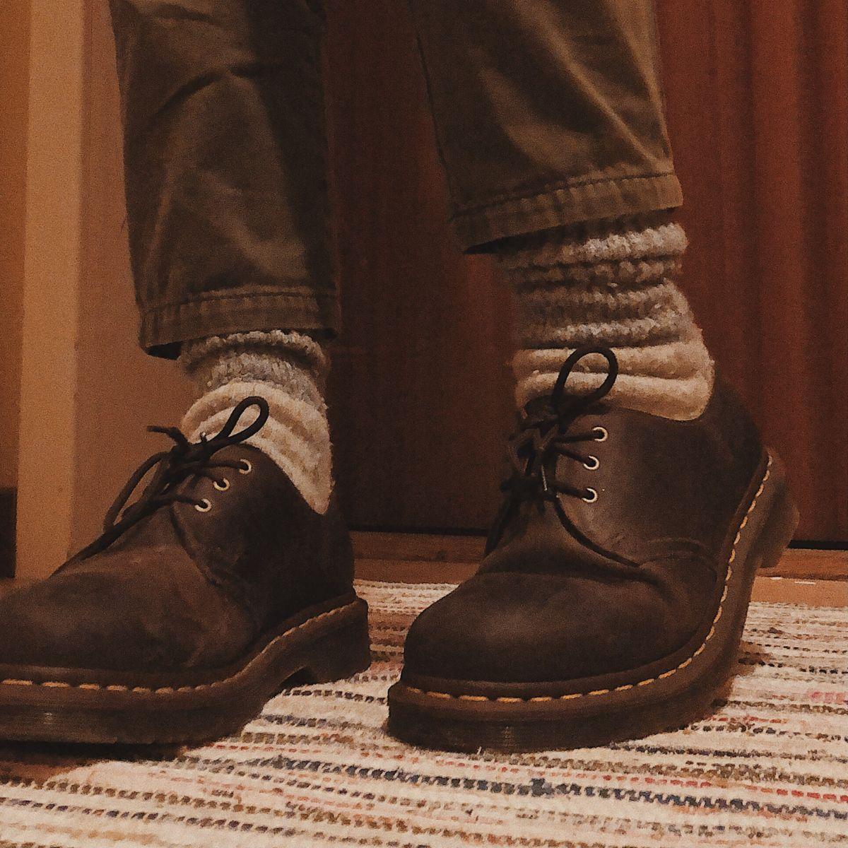không thể thiếu sự kết hợp với những đôi giày da sang trọng và cổ điển