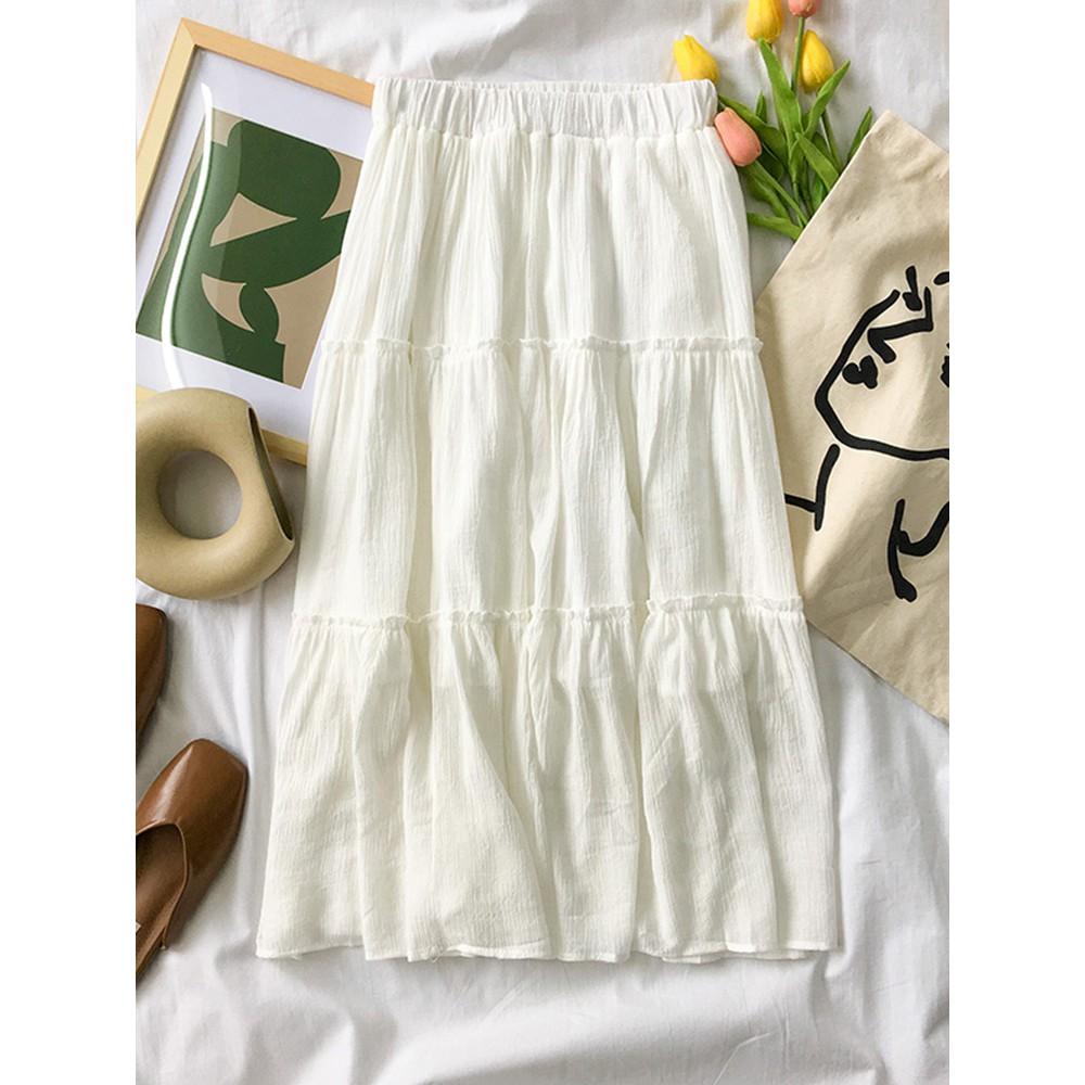 Mix đồ với chân váy trắng.