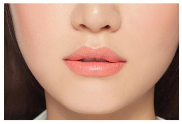 Sử dụng son môi màu nude để làm nổi bật đôi mắt