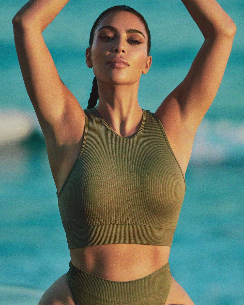 Những ngôi sao nổi tiếng trên toàn thế giới đang lăng xê nhiệt tình mẫu áo hot trend này