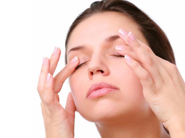 Massage vùng da ở khoé mắt