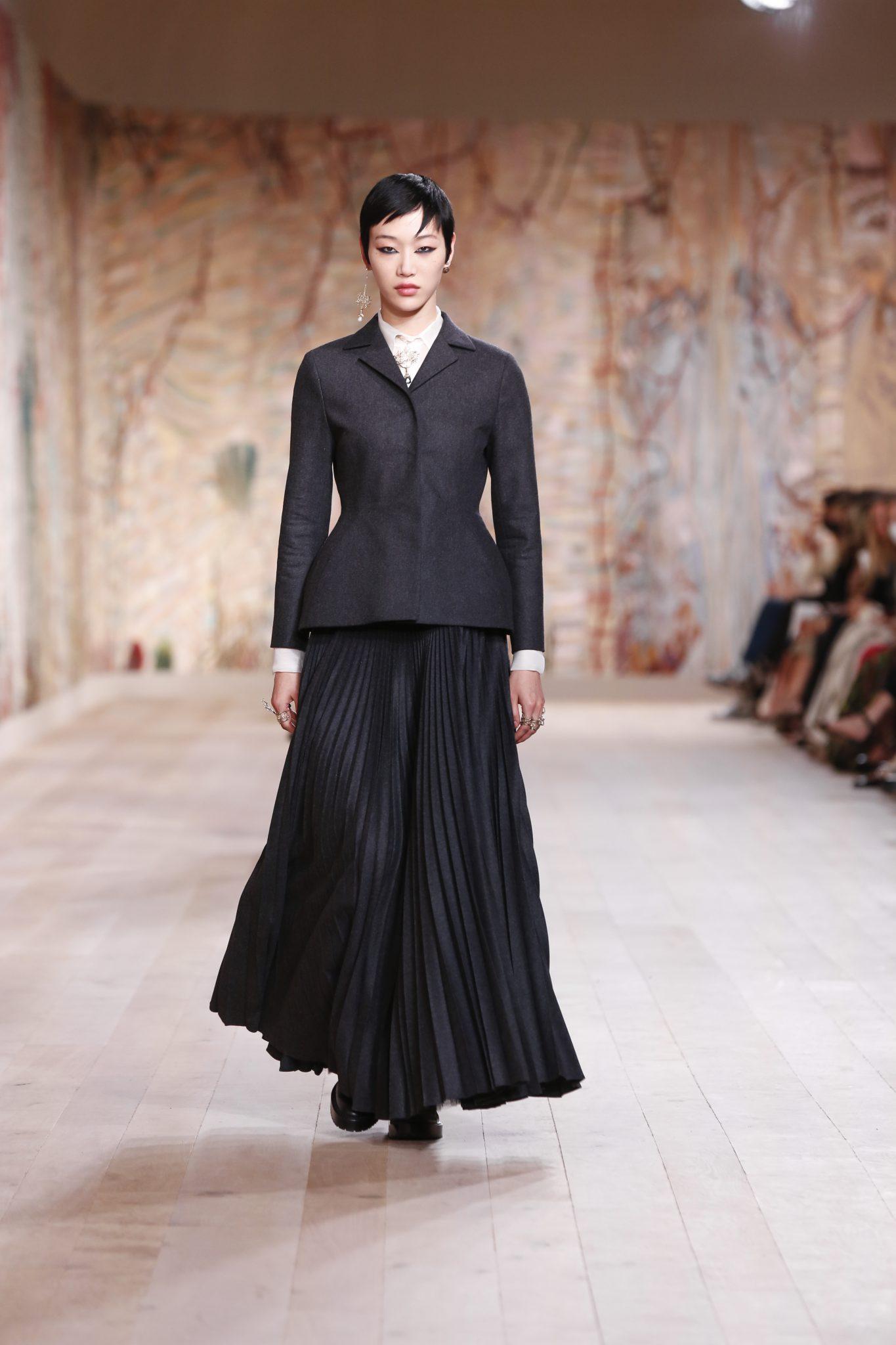 Bộ sưu tập Dior Haute Couture Thu Đông 2021-2022 bao gồm 75 kiểu dáng