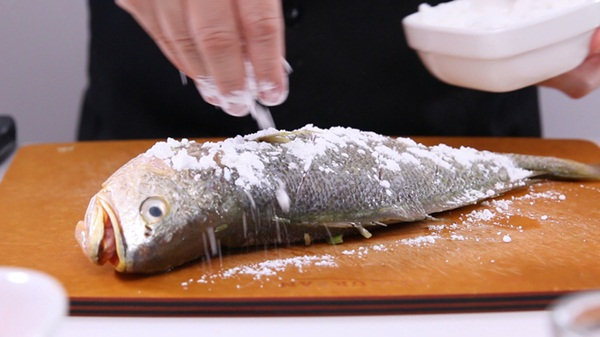 Rắc một ít bột mì lên cá