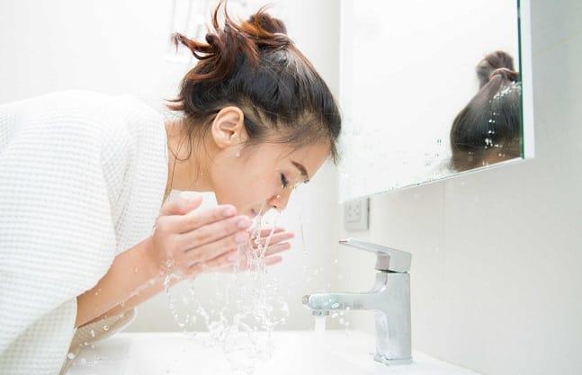 Rửa lại với sữa rửa mặt sau khi tẩy trang