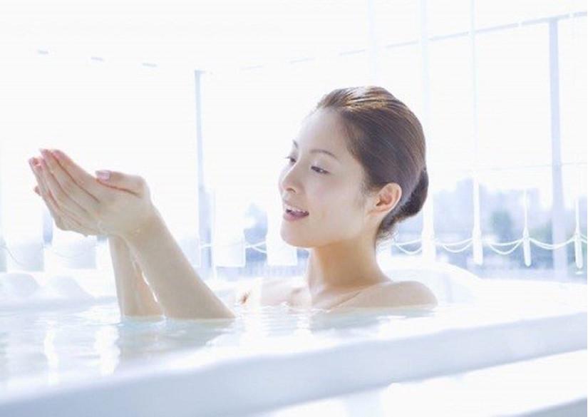 Thói quen ngâm mình trong nước ấm của phụ nữ Nhật Bản