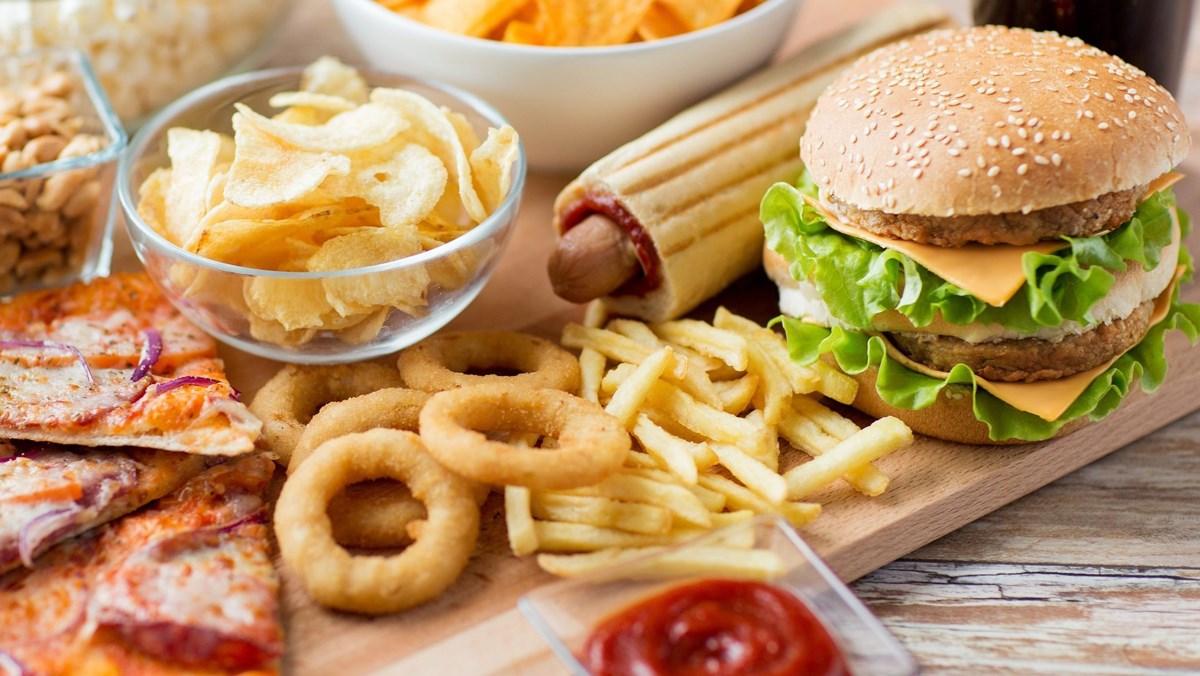 Trẻ không nên ăn các loại thực phẩm chiên rán và đồ ăn nhanh