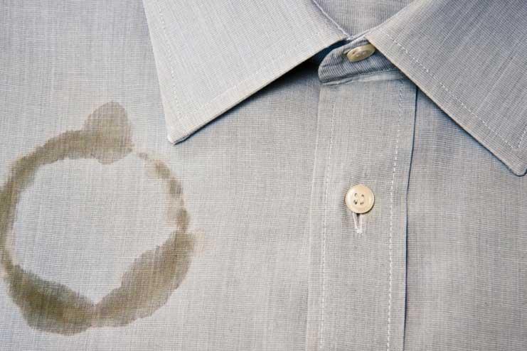 Xử lý các vết bẩn trước khi đem đi giặt