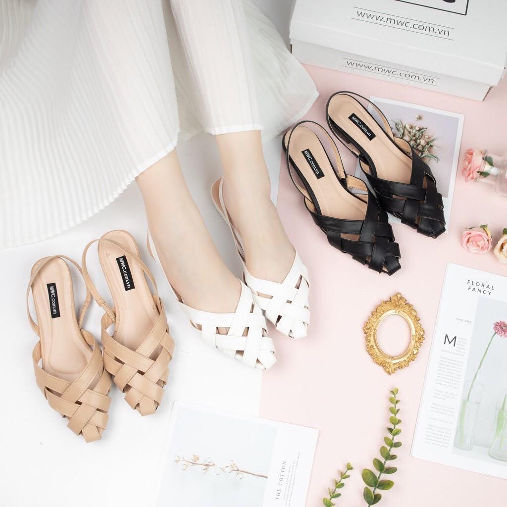 Sandal rọ trở thành xu hướng thời trang thoải mái nhưng không kém phần phong cách