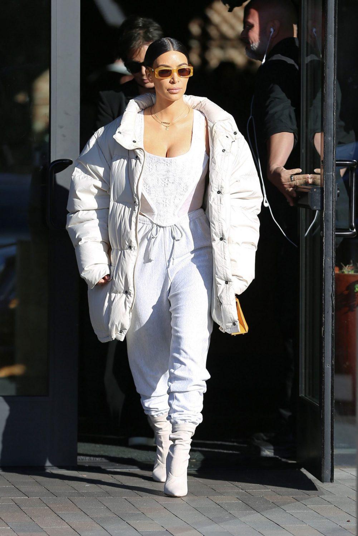 tham khảo cách mix quần jogger của chị em nhà Kardashian