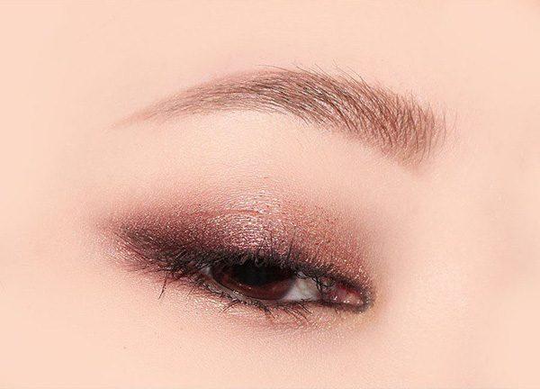 Cách tán phấn mắt màu hồng ngọt ngào