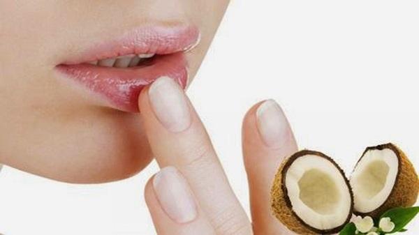 Sử dụng dầu dừa làm đôi môi mịn màng
