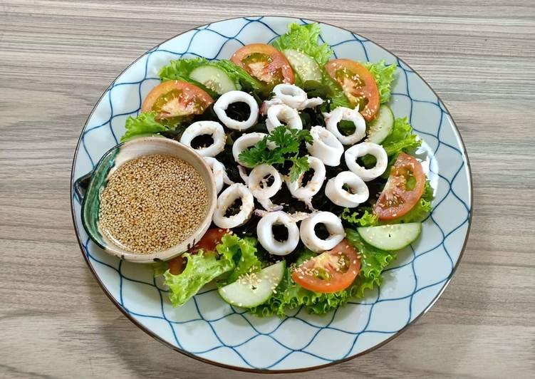 Hoàn thành món salad mực