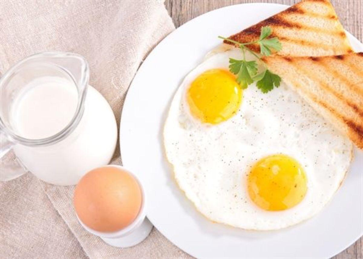 Bữa sáng giàu dinh dưỡng cho trẻ với bánh mì trứng ốp la uống kèm với sữa