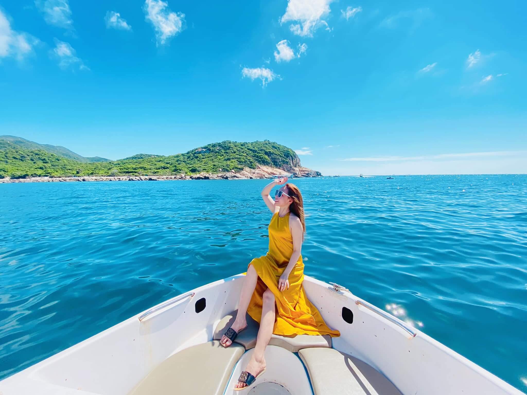 Đến với vịnh biển, bạn có thể đặt tour du lịch bằng tàu ngay tại vịnh